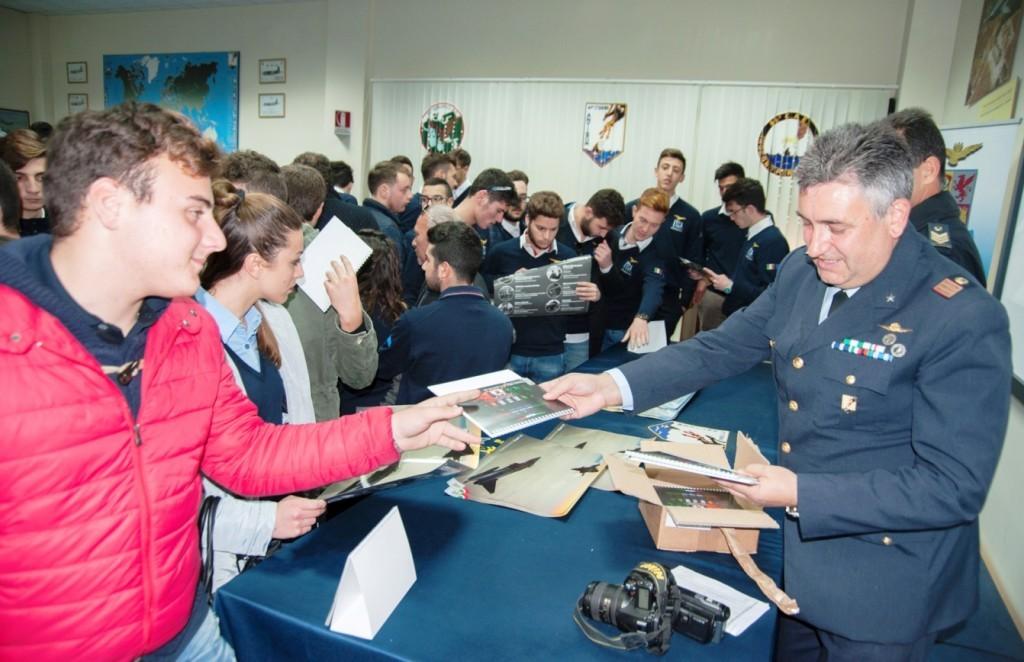 Distribuzione materiale aeronautico agli studenti