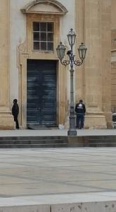 migranti pisciano in chiesa madre