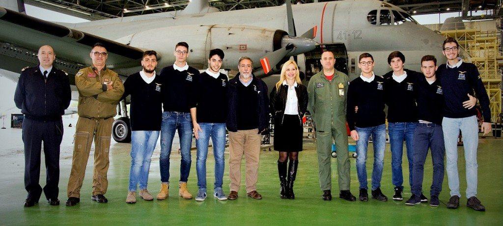 Foto di gruppo con al centro la Dssa Rosa e il Col. Fedele