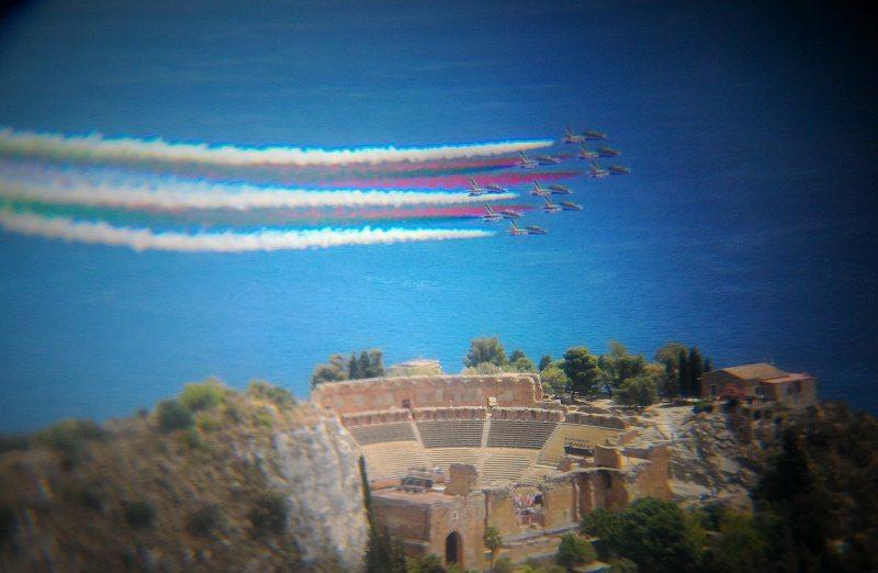 Il Tricolore della PAN sopra il Teatro Greco di Taormina saluti i Capi s...